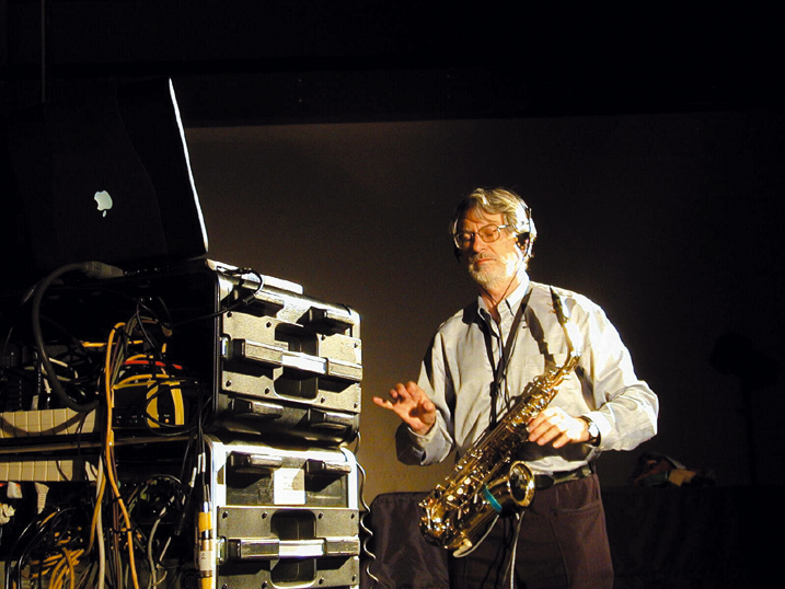 Musiker/Computermusik Bruno Spoerri mit seinem Midi-Saxophon »Synthophon« und dem Video-Interface »Very Nervous System«